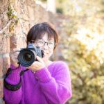 一眼レフカメラを構えた女性