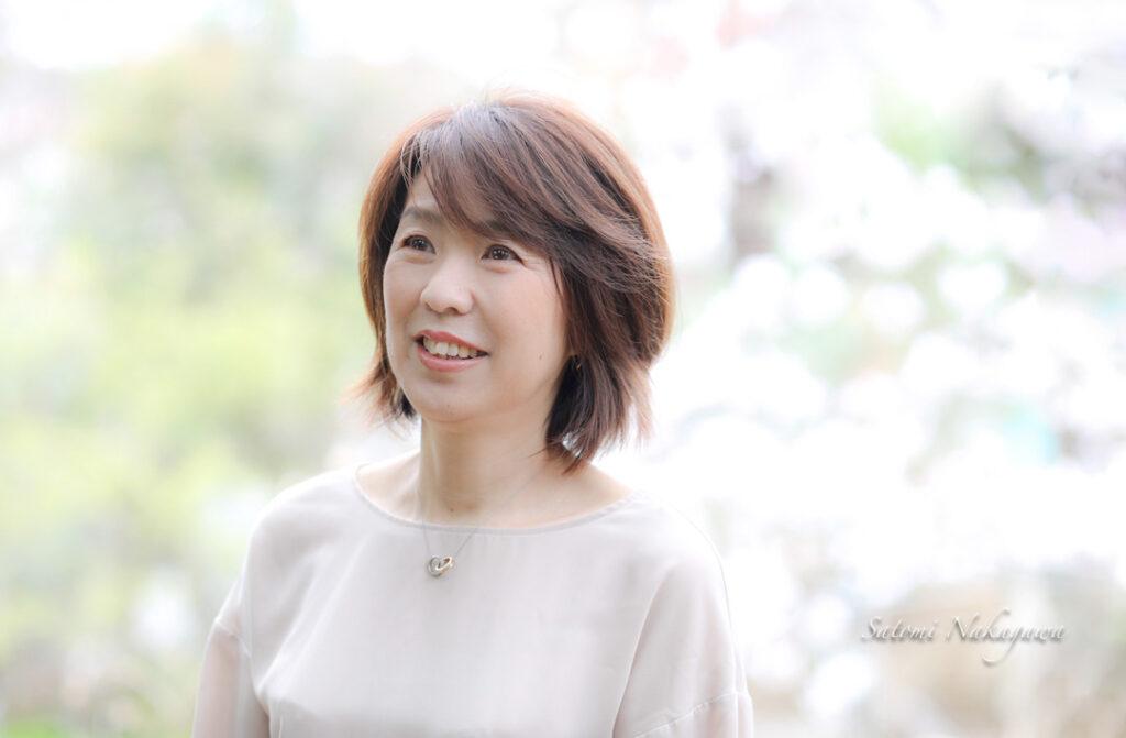 桜の木と笑顔の女性の写真