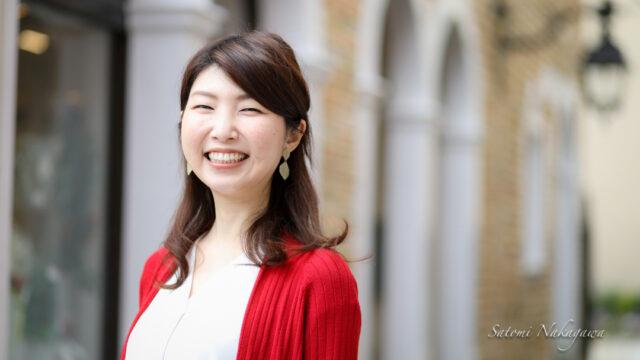 笑顔で立つ女性