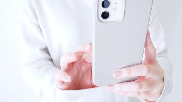 スマホで写真撮影をする女性の手元