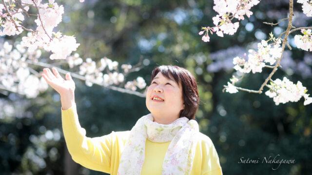 桜の花と笑顔の女性