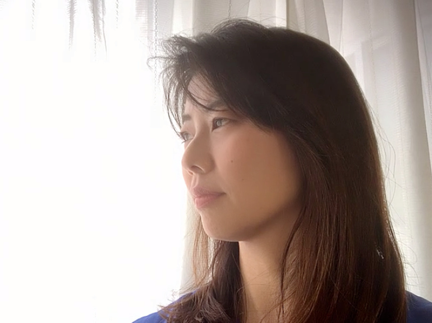 窓際の女性の横顔