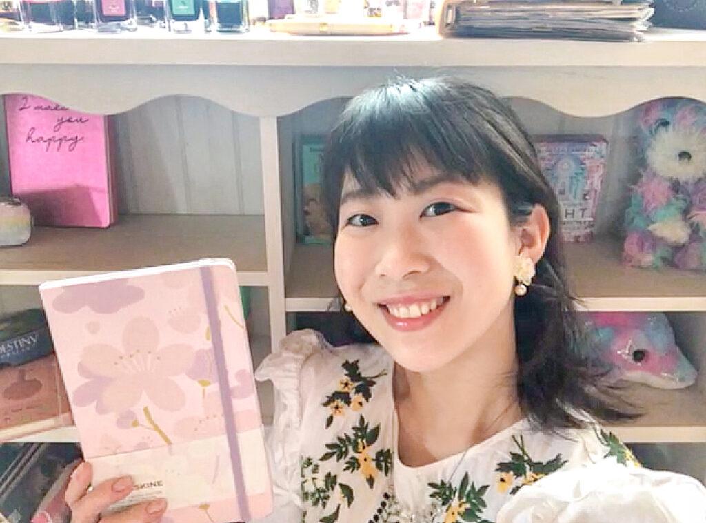 ピンクのノートと女性
