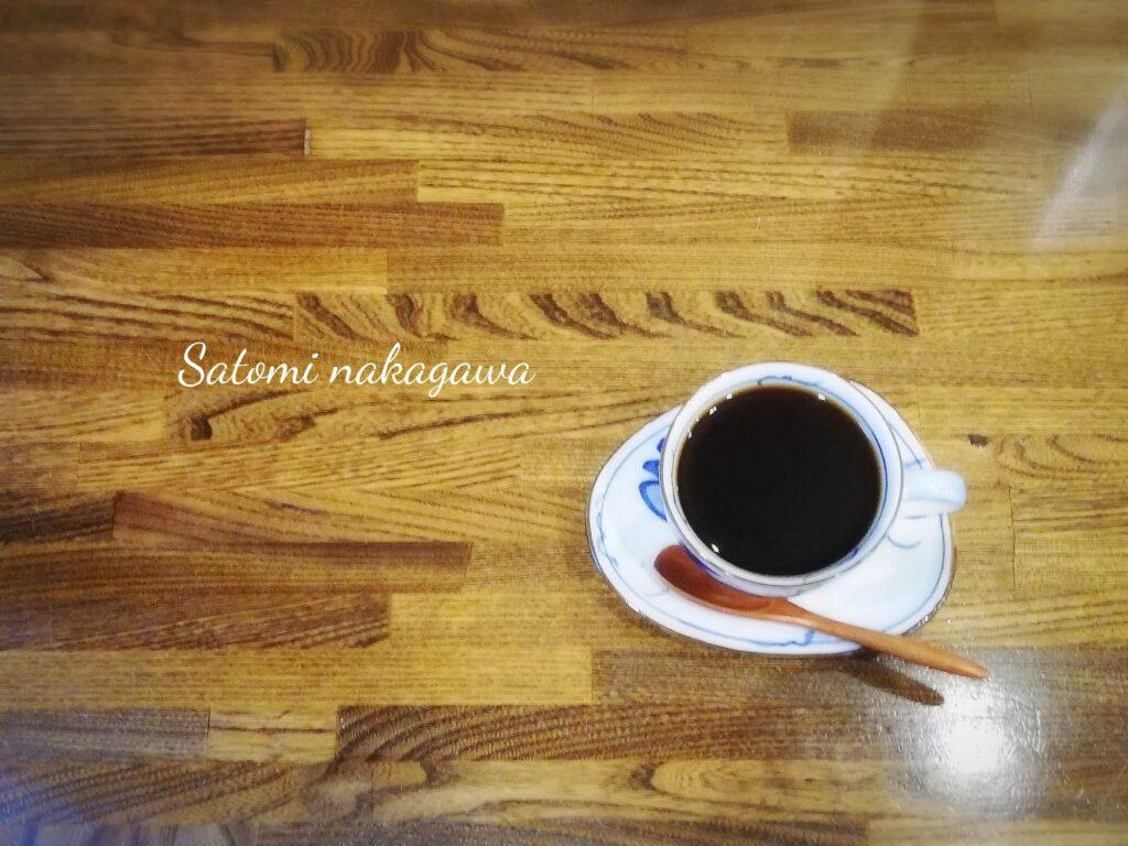 テーブルのコーヒーを真上から見た写真