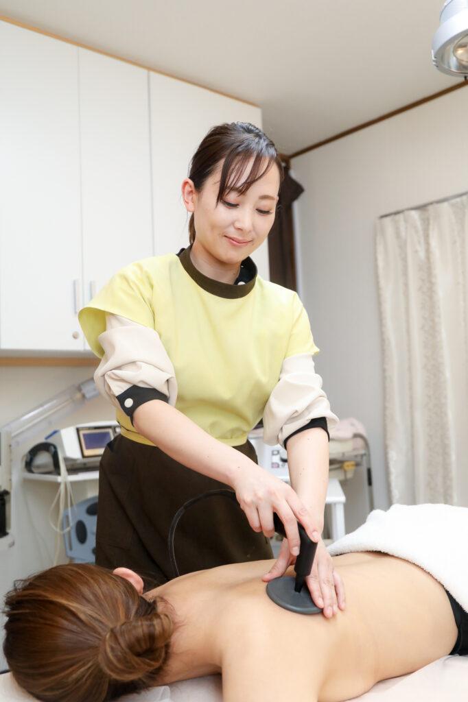 エステサロン施術中の女性