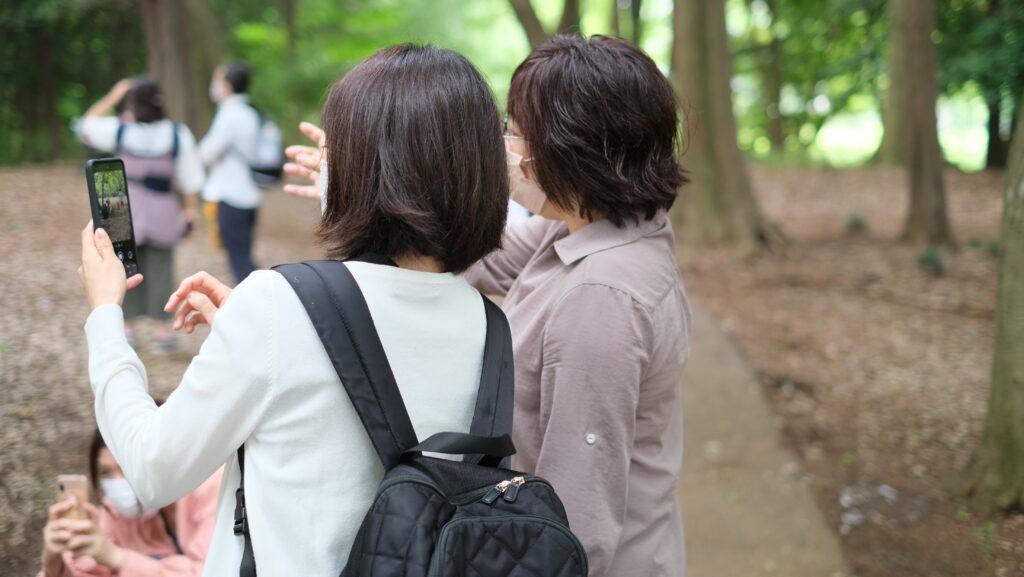 スマホで写真を撮ってる2人の女性