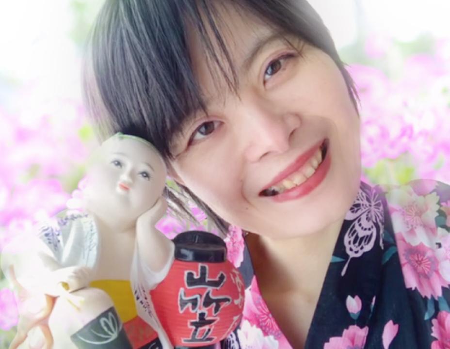 人形と笑顔の女性