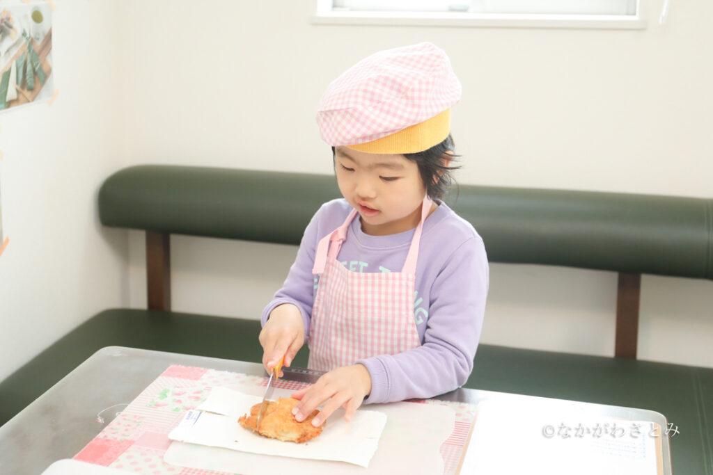包丁でカツを切る女の子