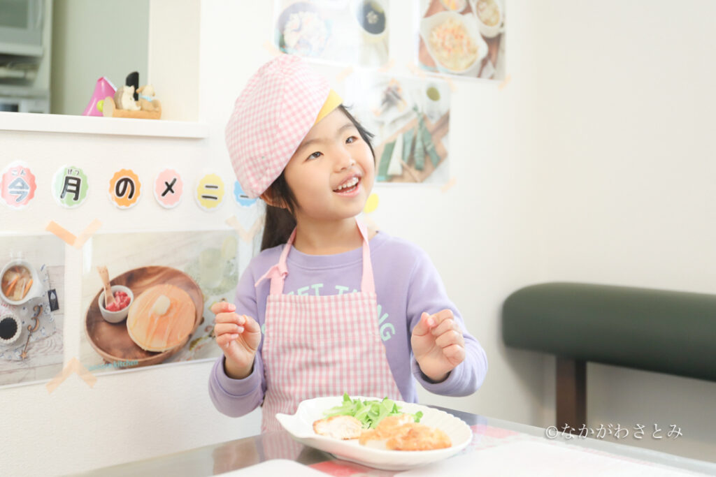 カツレツをお皿に盛り付けることができて笑顔の女の子