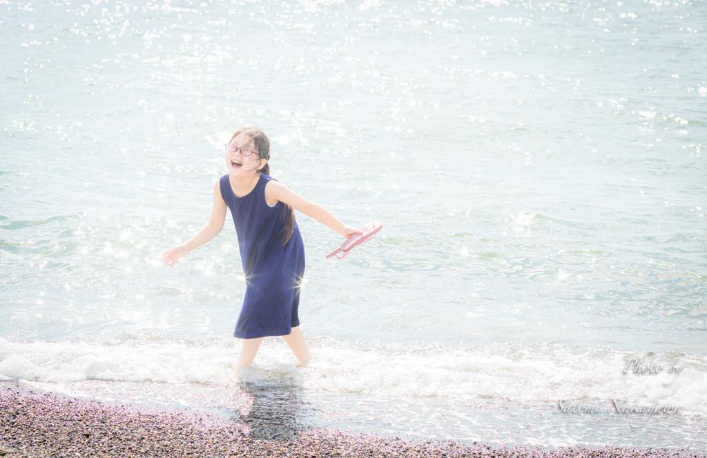 海に入って遊ぶ女の子
