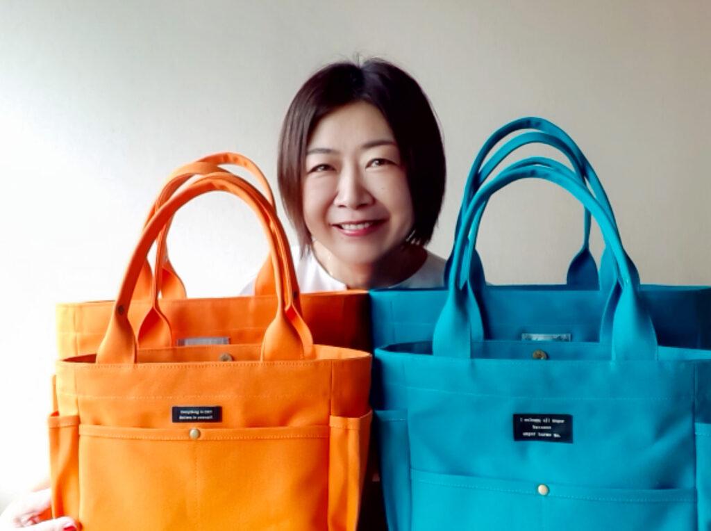 手作りバッグと笑顔の女性