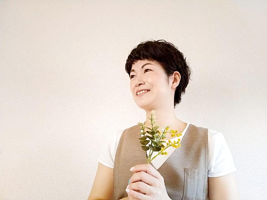 お花を持った笑顔の女性